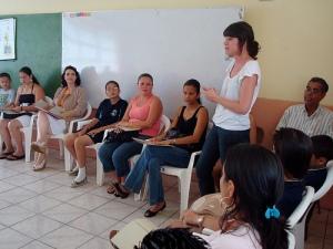 Adri, contándole a los presentes sobre el proyecto