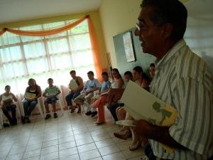 Don Jorge, director de Fudebiol, contándonos un poco sobre el Rio Quebradas