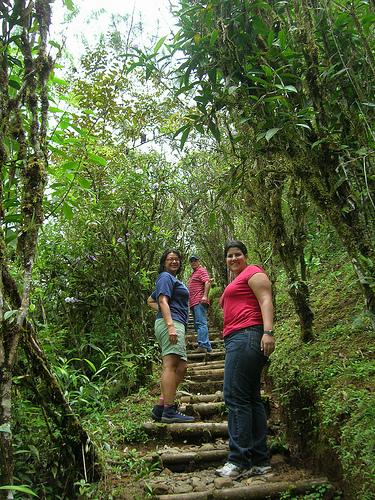 Kem, Maggie y Gerardo caminando por Fudebiol