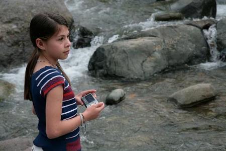 En el rio, tomando fotos.
